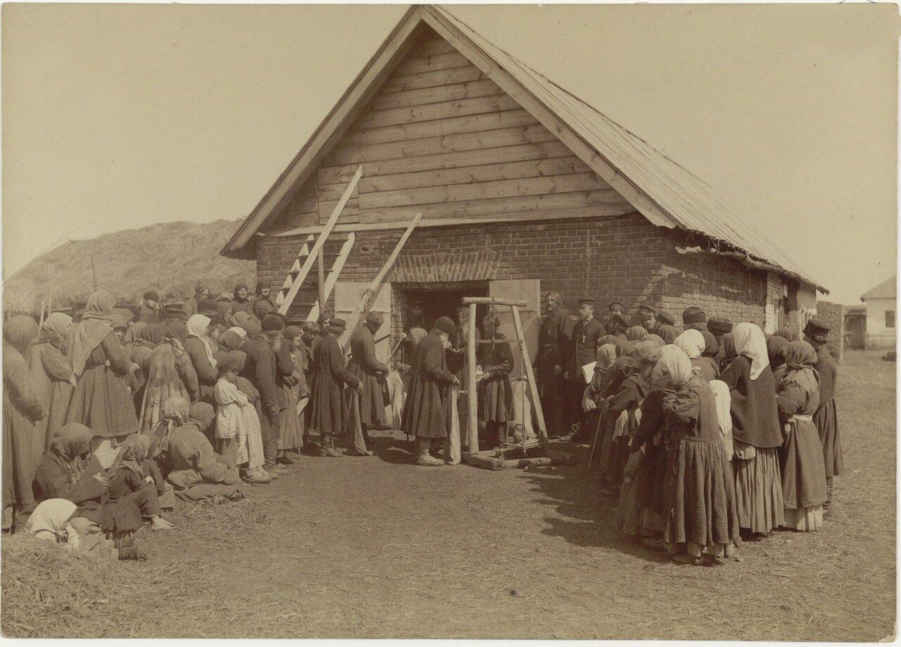 Раздача крестьянам благотворительного хлеба в заштатном городе Починках Лукояновского уезда