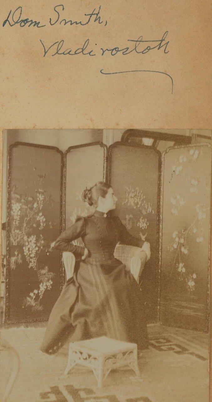 Портрет Элеонор Прэй на террасе перед ширмами. 1899