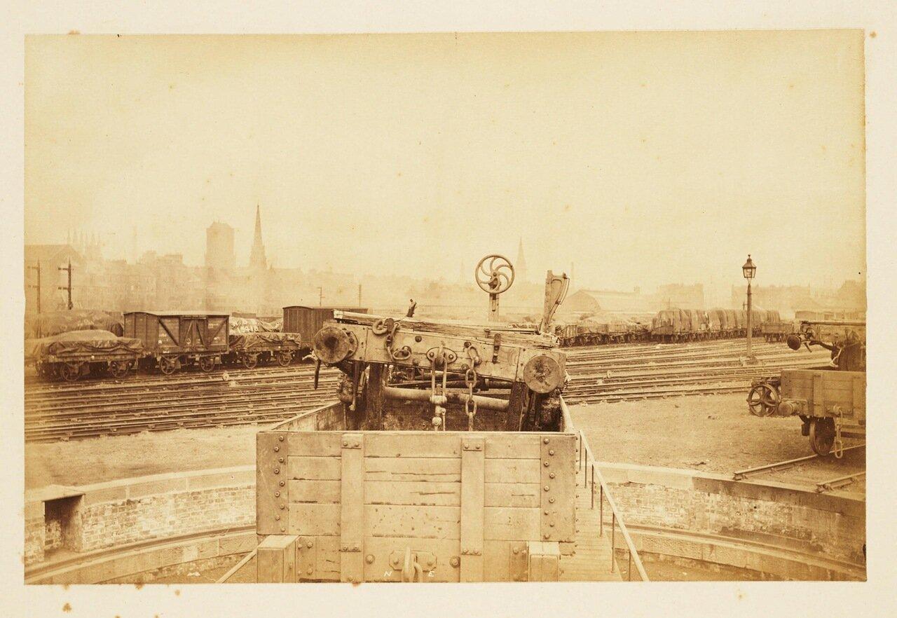 Обломки рухнувшего моста увозят на вагонетках