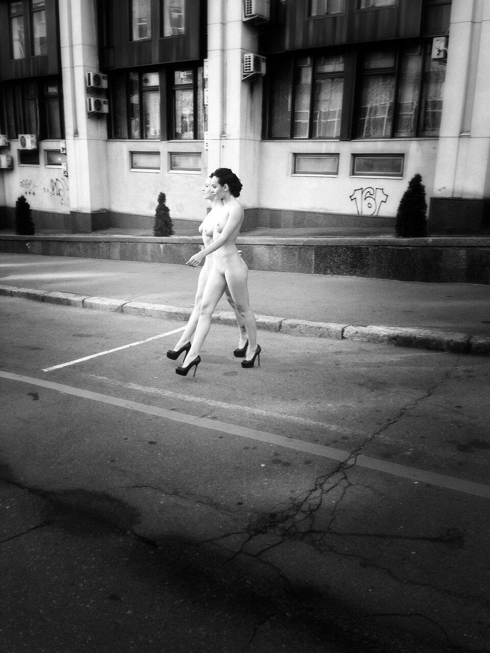 Две обнажённые девушки гуляют по осеннему Киеву 08