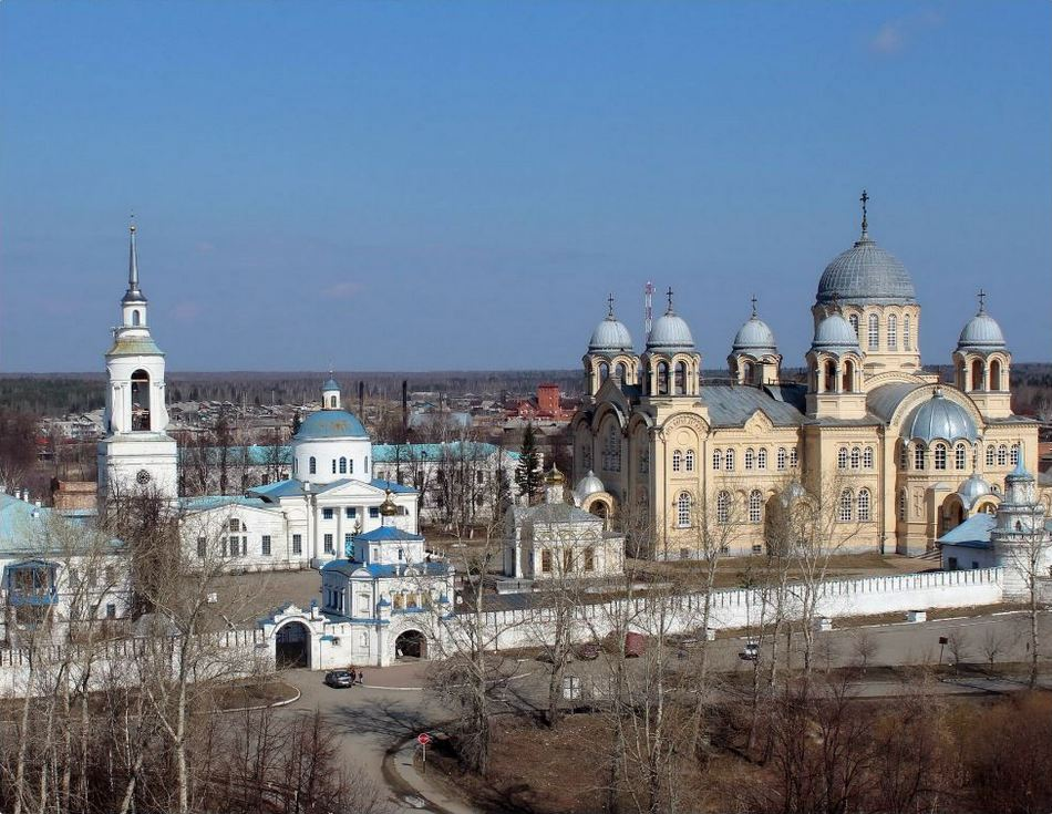 Свято-Николаевский мужской монастырь. Святые ворота с Симеоно-Анненской надвратной церковью, правее Крестовоздвиженский собор