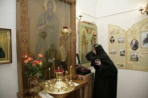 13. По традиции паломники надевают обруч на голову с молитвой ко святому Иоанну Предтече