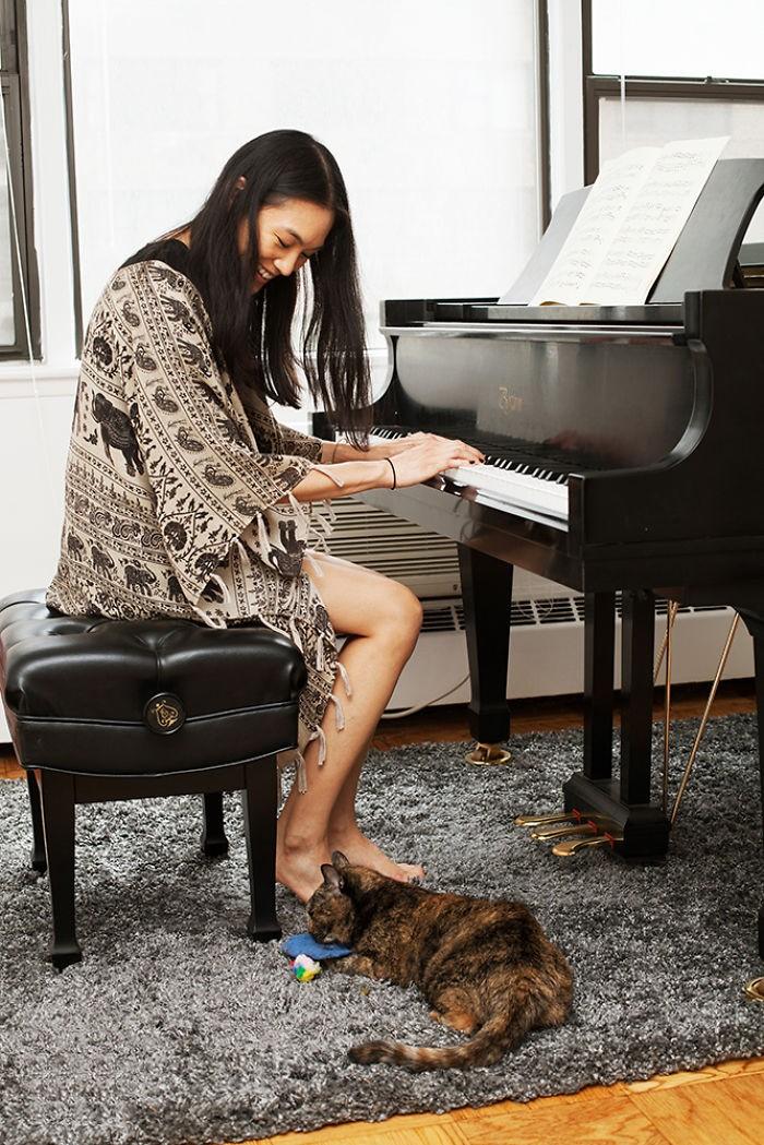 5. Пианистка Сахар забрала Коко четыре года назад из приюта.