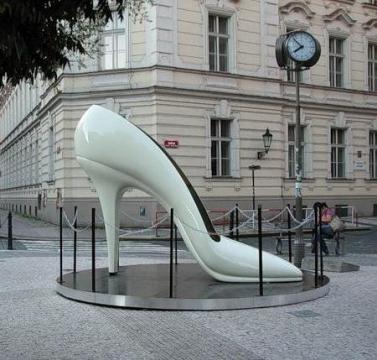 Памятник женской туфельке. Прага