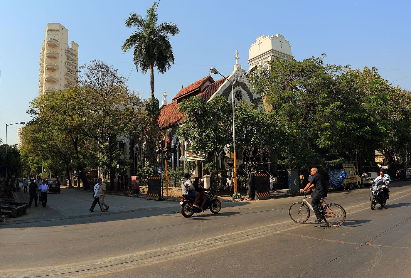 Фотография 6. Поездки в Мумбаи. Отзывы туристов. Католический храм на улице Козуэй. Путешествие по Индии туристов из России. (камера Canon EOS 6D, объектив Canon 17-40/4L, настройки при съемке: 1/320, f/6.3, -1EV, ISO 100, 21)