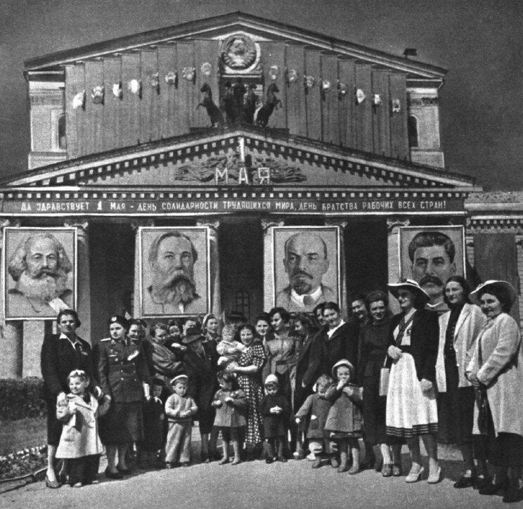 традиционная встреча боевых летчиц в сквере у Большого театра. 1950