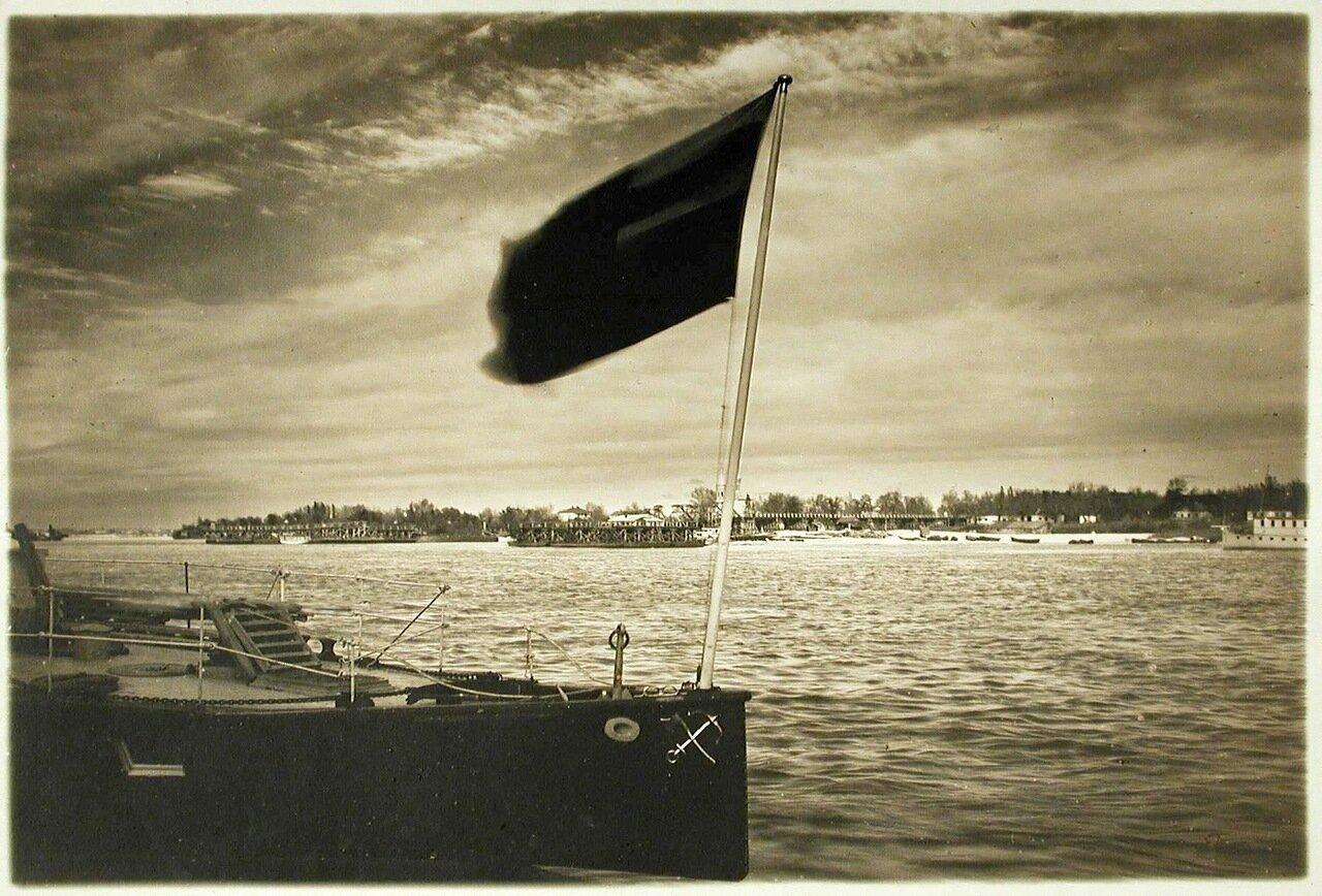 14. Вид на Труханов остров от пристани, у которой стоит пароход «Головачев»