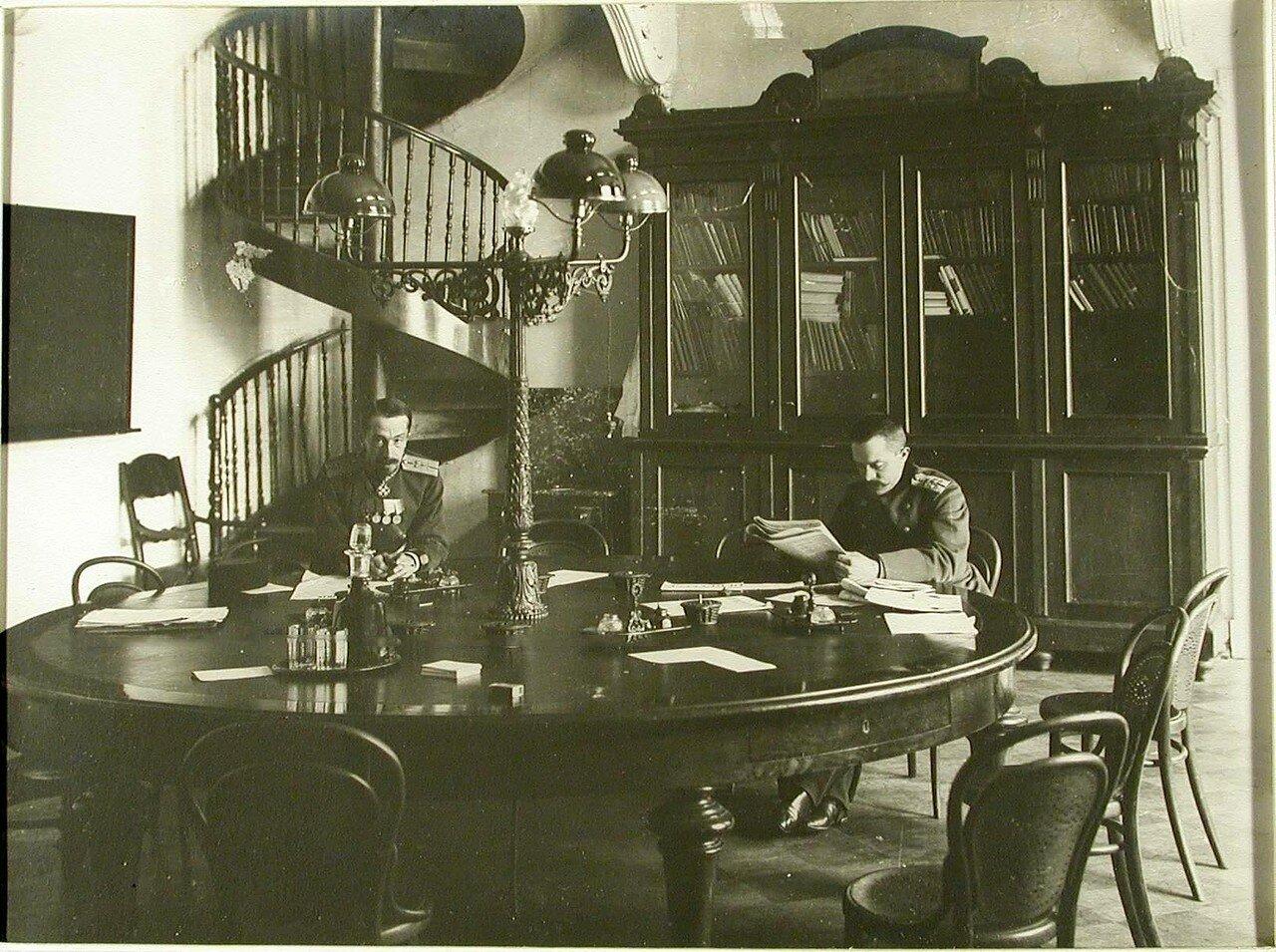 07. Преподаватели за столом в преподавательской комнате; слева - Д.Н.Промтов