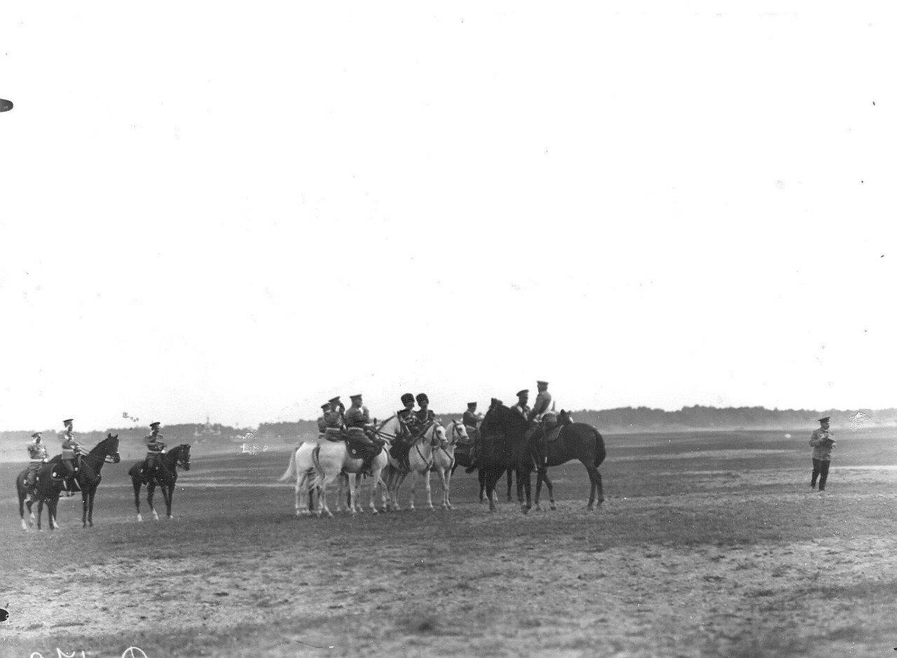 07. Император Николай II и сопровождающие его лица на лагерном сборе войск. 25 июля 1913