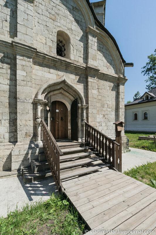 Западный килевидный портал храма святого Трифона в Напрудном
