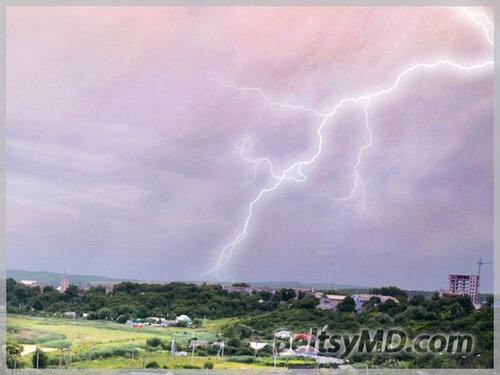 Фотограф запечатлел удар молнии над Бельцами