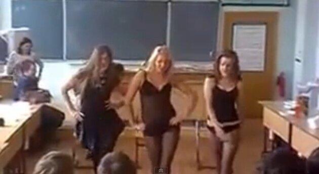 школьница показывает стриптиз в школе