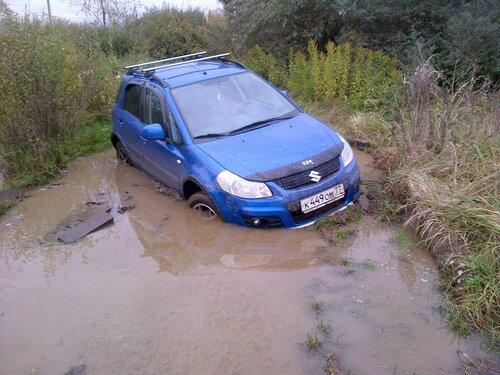 Suzuki SX-4 утонул в грязи