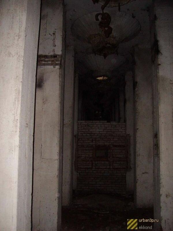 Внутри здание ветхое и заброшенное (07.06.2013)