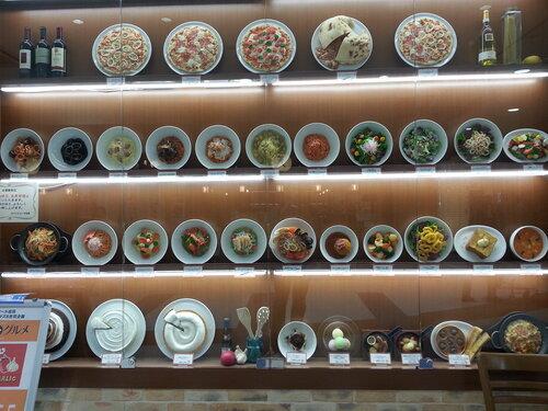 Отдельное искусство в Японии - муляжи блюд перед заведениями общепита, выглядят неотличимо от настоящих