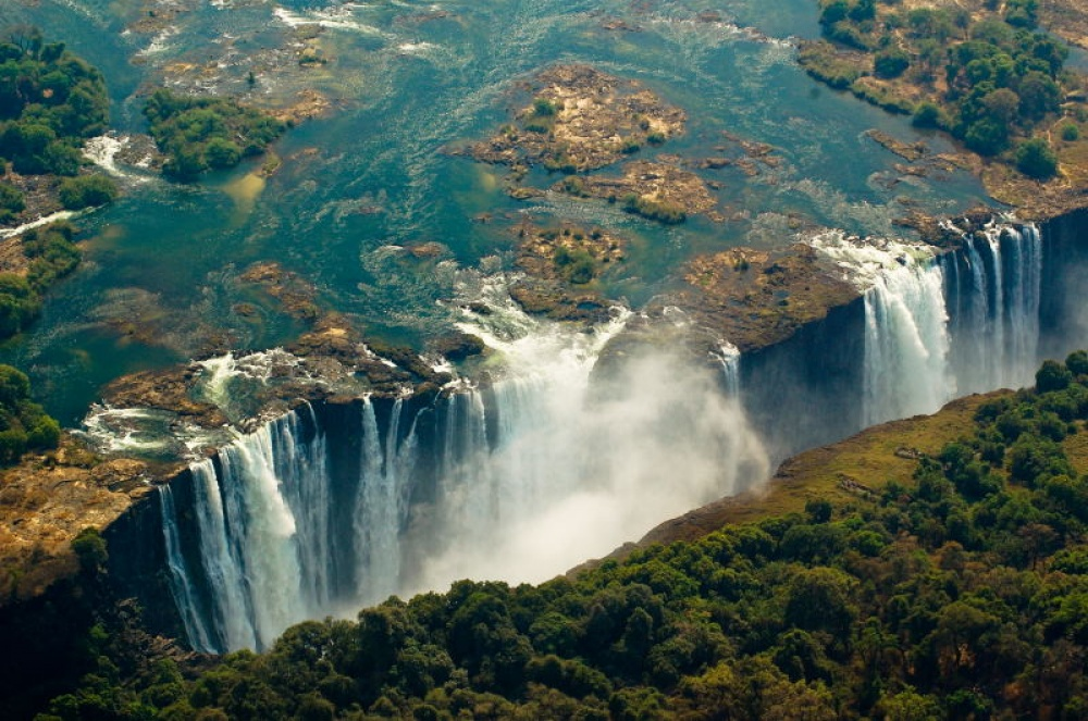 © jannieotto  Водопад расположен нареке Замбези вЗамбии иподостоинству считается одним из