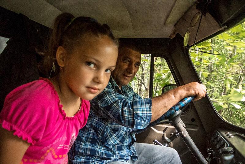 Водитель с внучкой