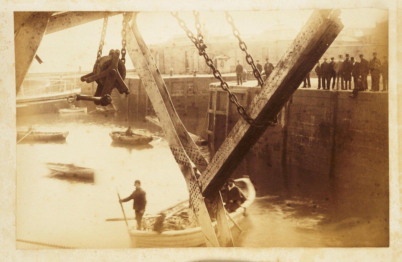 Фотография людей, собирающих обломки моста