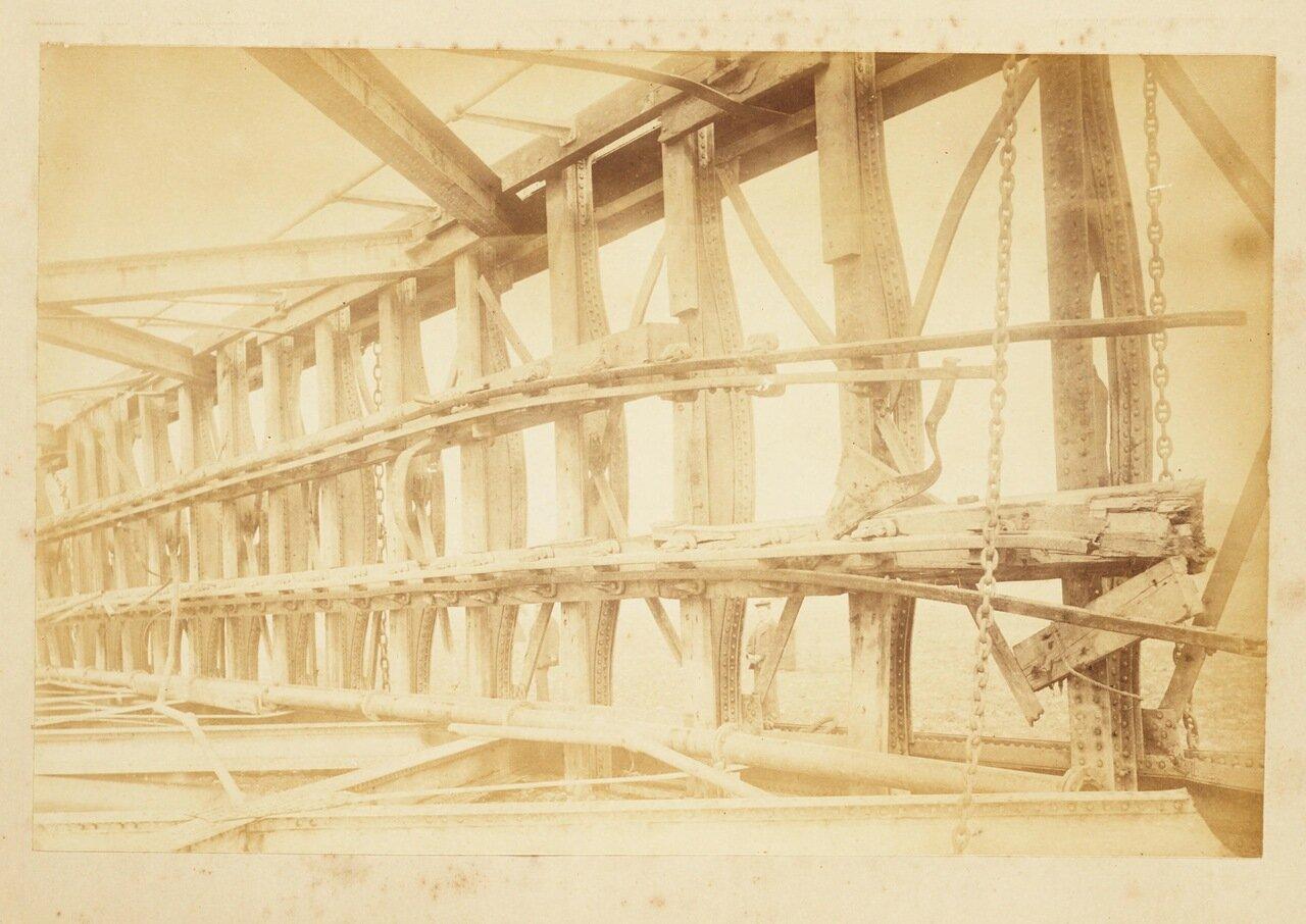 Сломанные деревянные части моста