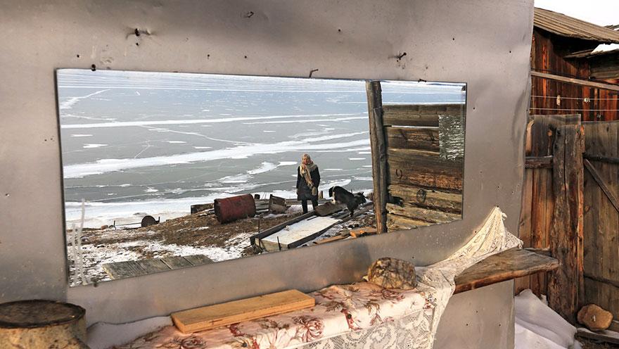 76-летняя сибирячка любит кататься на коньках по замёрзшему Байкалу