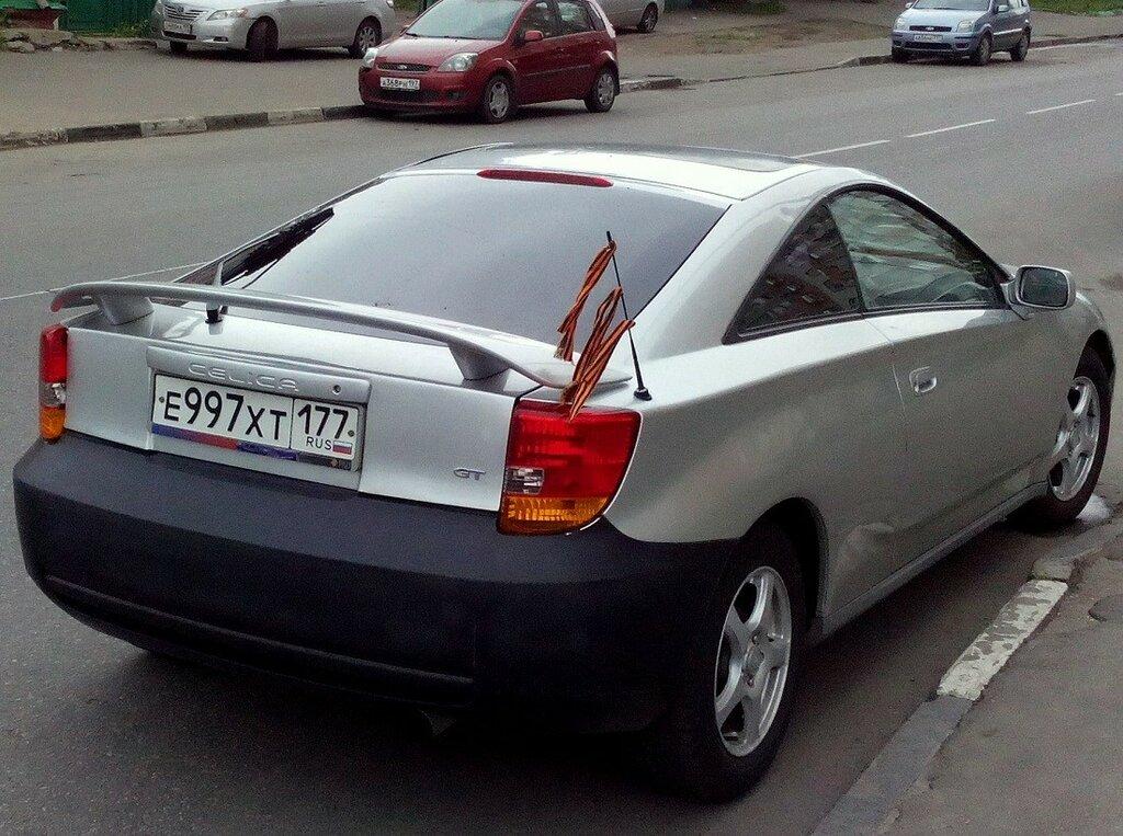 3 ленточки на антенне автомобиля.