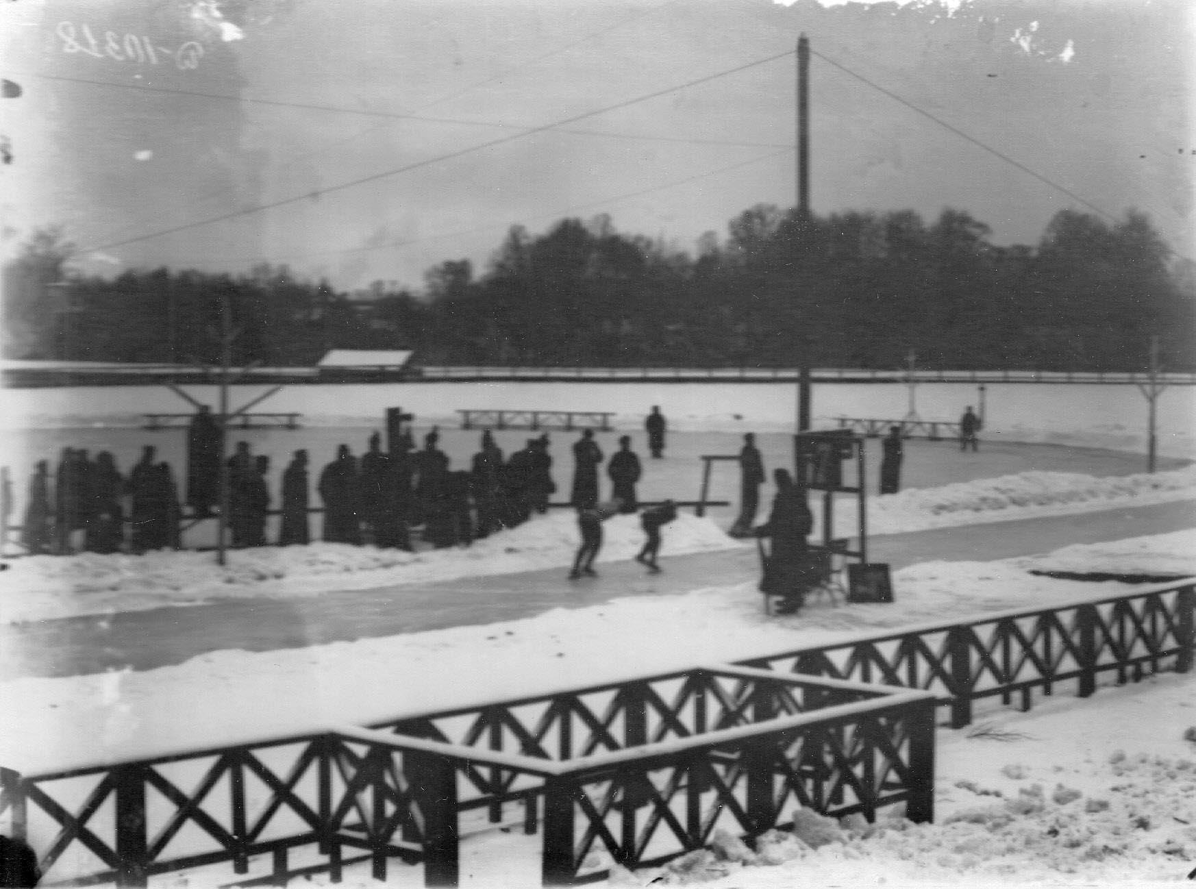 Соревнование конькобежцев на катке на Каменном острове. 11 февраля 1913