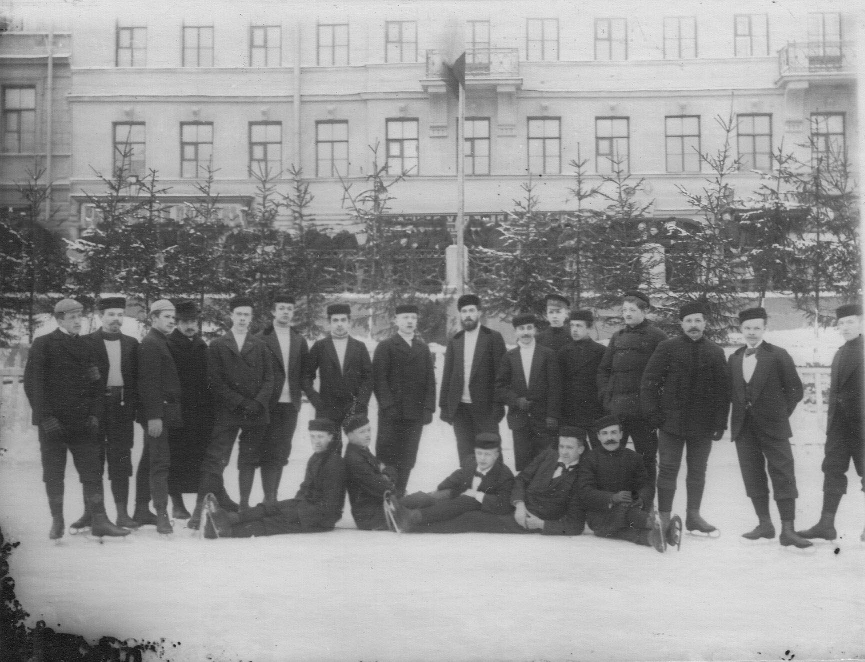 28. Группа мужчин на катке в Юсуповом саду