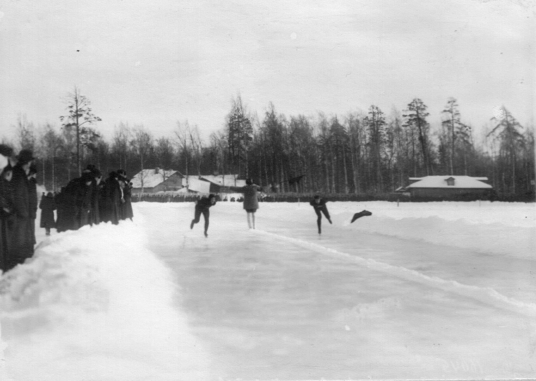 Конькобежцы у финиша забега на соревнованиях на Крестовском острове. 11 февраля 1913