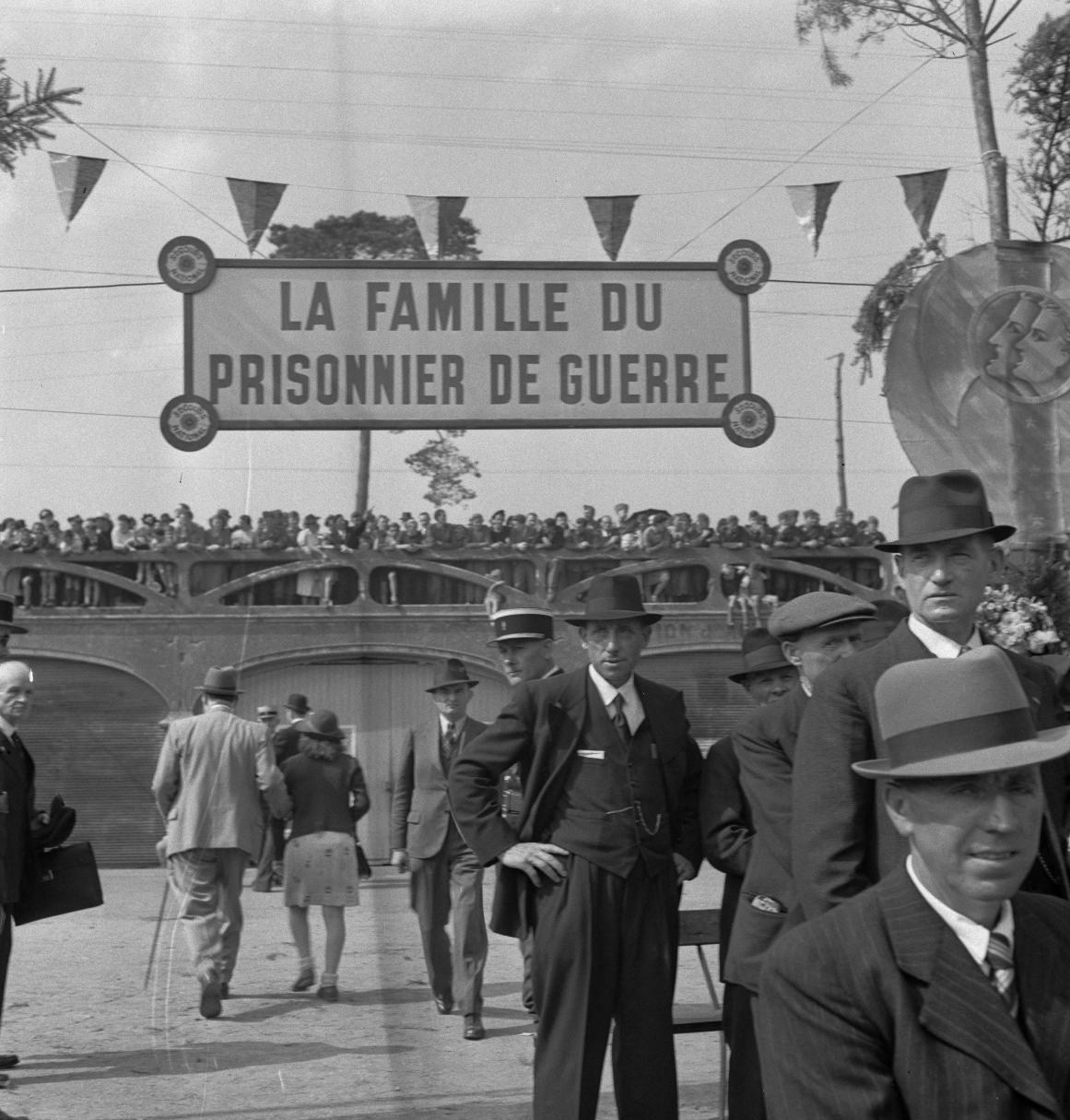 02. Семьи освобожденных военнопленных, собравшиеся за пределами небольшой станции Серкё
