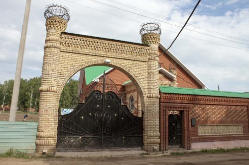 Башни на домах олигархов символизируют...