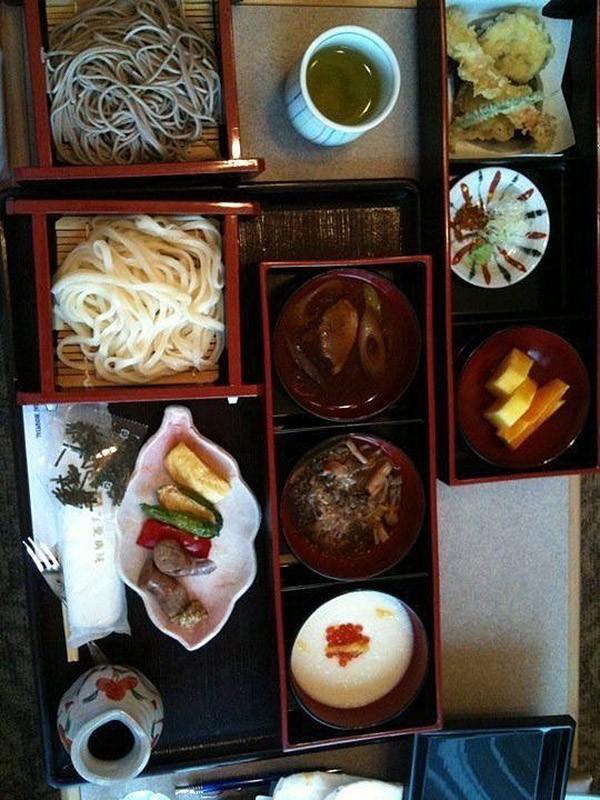 8. Япония: лапша, овощи тэмпура, мясо, рыба, суп, фрукты.