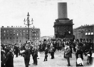 Манифестанты на Дворцовой площади ожидают выхода императора Николая II.