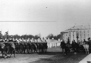 Церемониальный марш полка в присутствии императора Николая II во время парада.