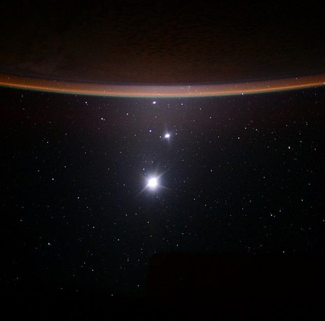 NASA опубликовало неповторимое фото МКС нафоне полной Луны