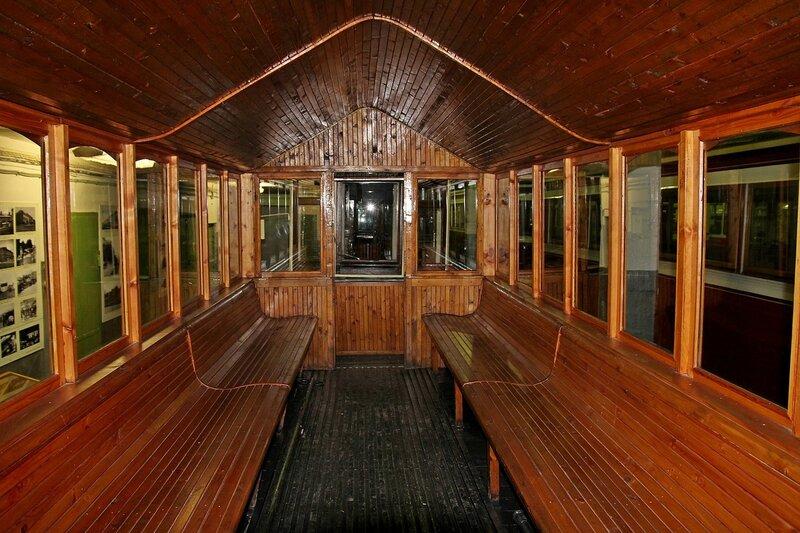 Обшитый деревом интерьер вагона старинного трамвая в  в музее городского электрического транспорта IMG_8707