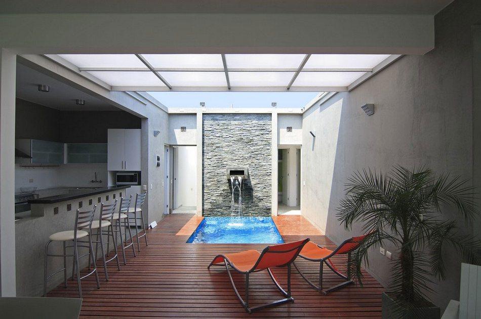 Дом со стеклянной крышей на берегу океана в Перу