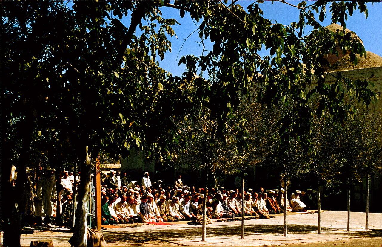 Ташкент. Молитва у мечети