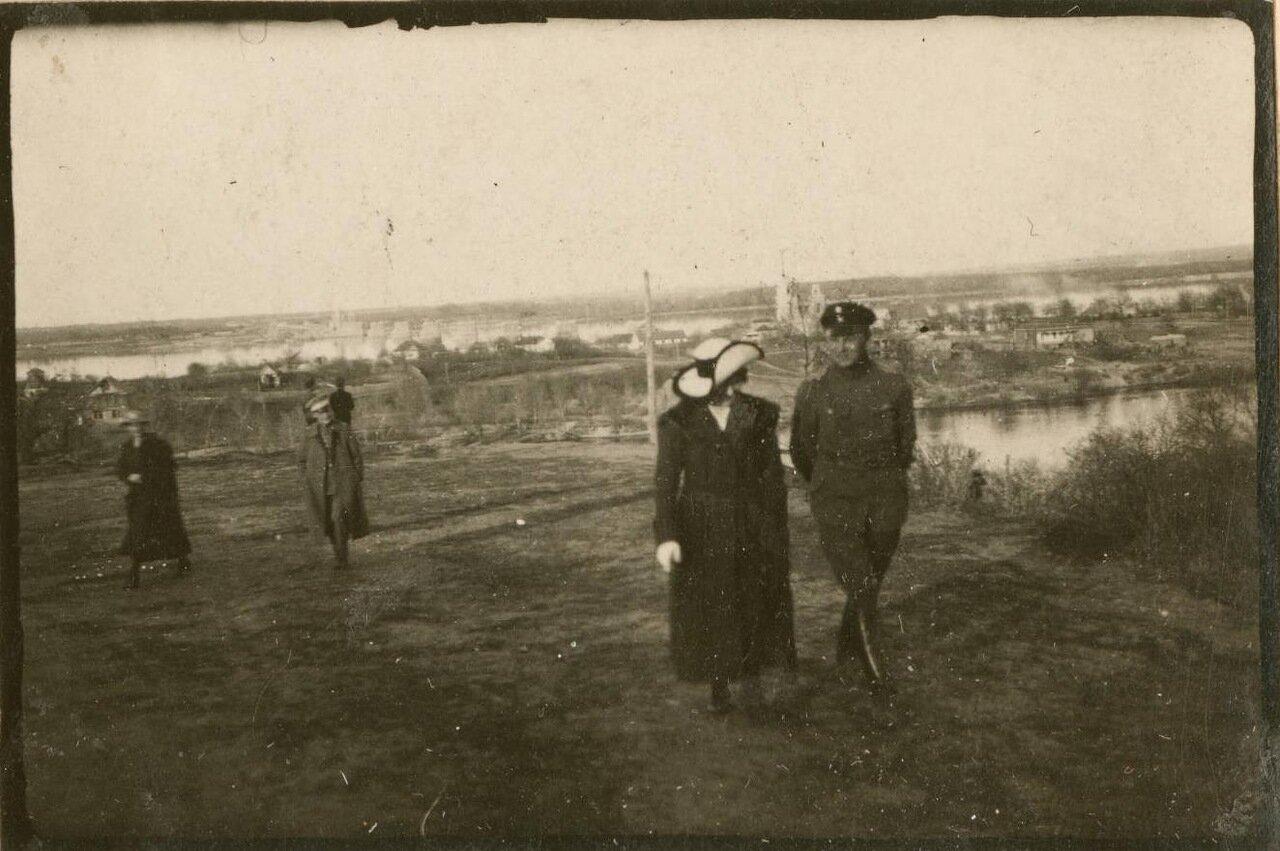 Немецкие офицеры гуляют с местными женщинами.