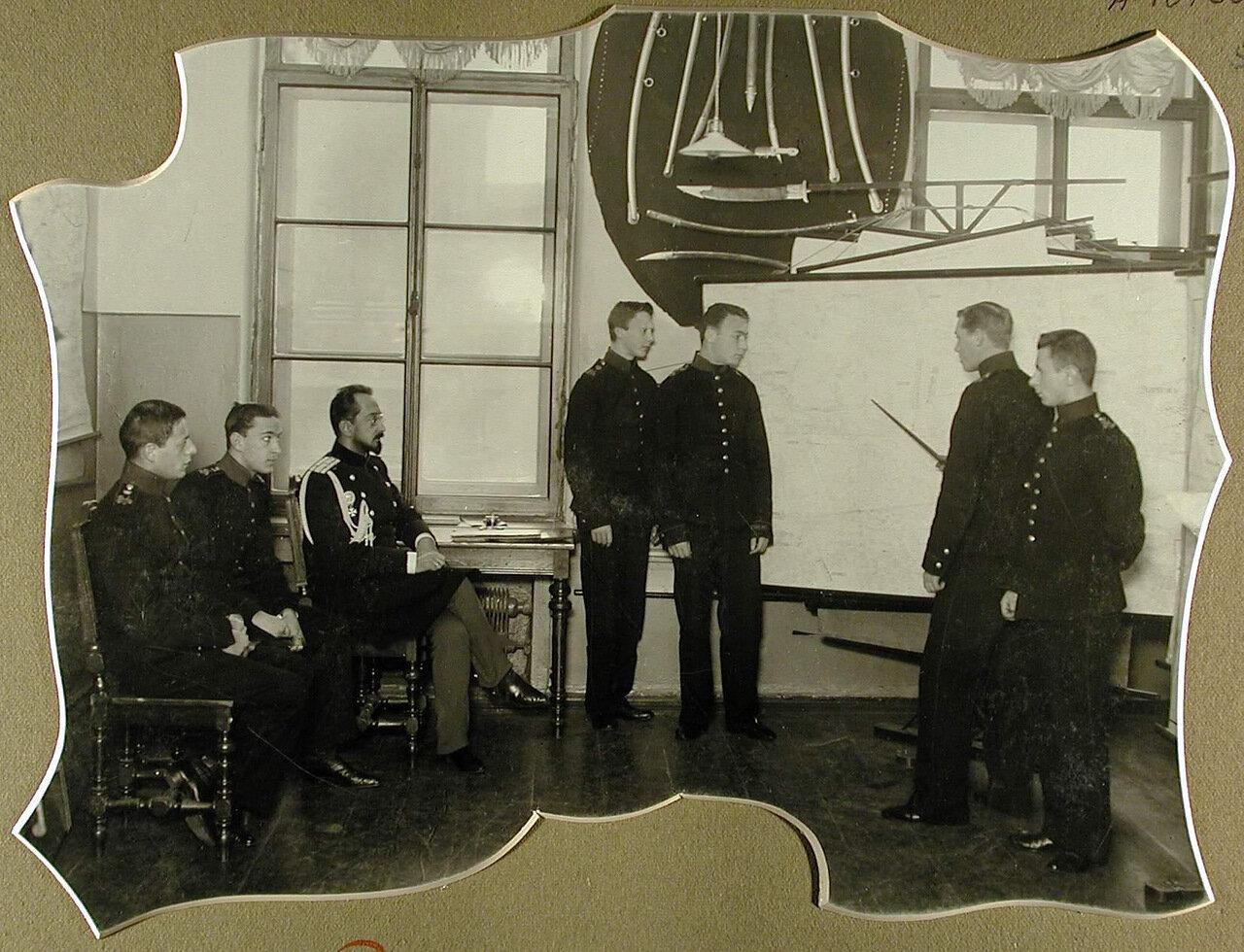 53. Воспитанники запасного класса во время подготовки к экзамену по военной истории