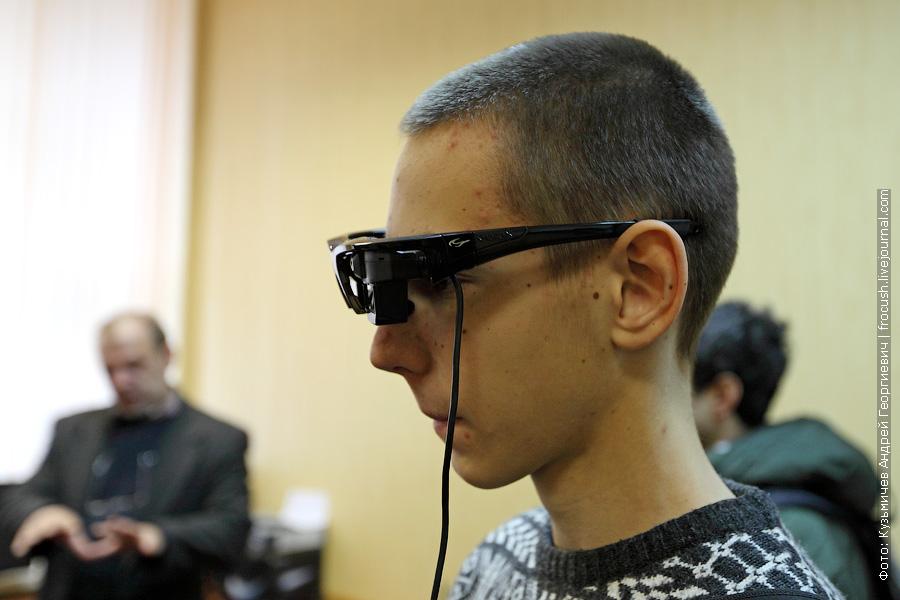 Эти очки реагируют на свое положение в пространстве, в зависимости от которого и выводят трехмерный коридор