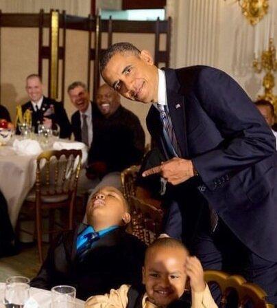 Мальчик уснул во время празднования Дня Отца в Белом Доме (1 фото)