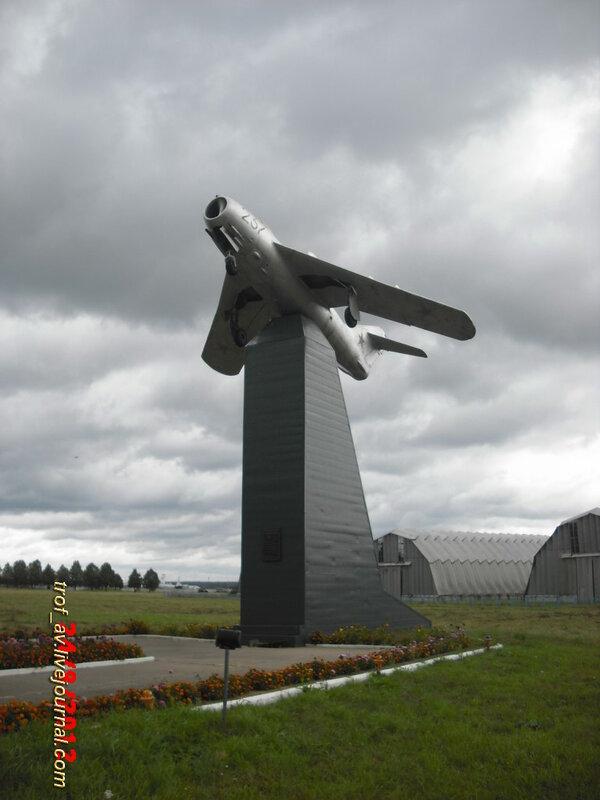 МиГ-17 на постаменте на аэродроме Кубинка