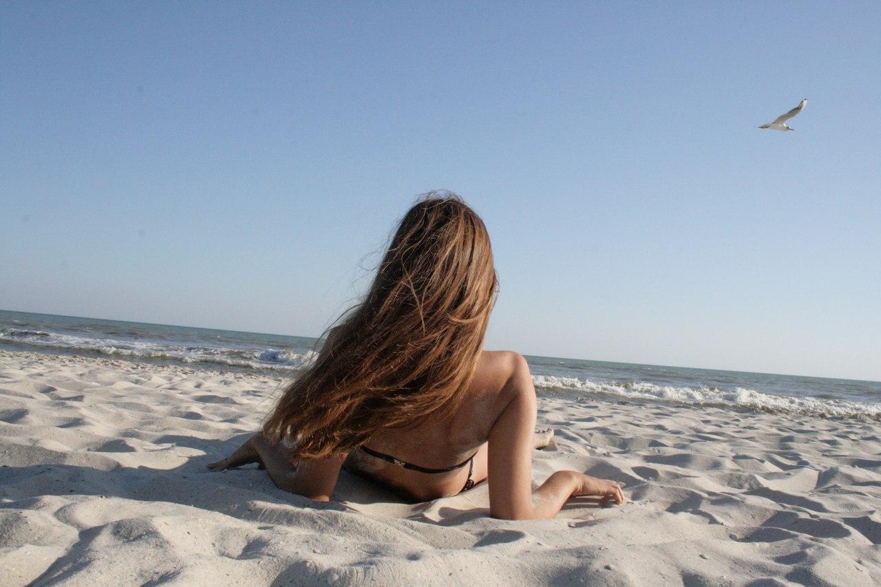 Фото в купальнике на пляже со спины 3 фотография