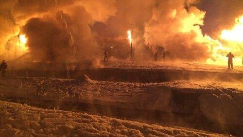 Мощный пожар на месте схода вагонов