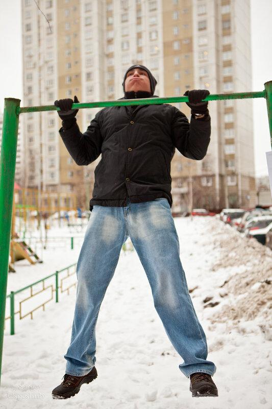 участник соревнования по подтягиванию выполняет упражнение