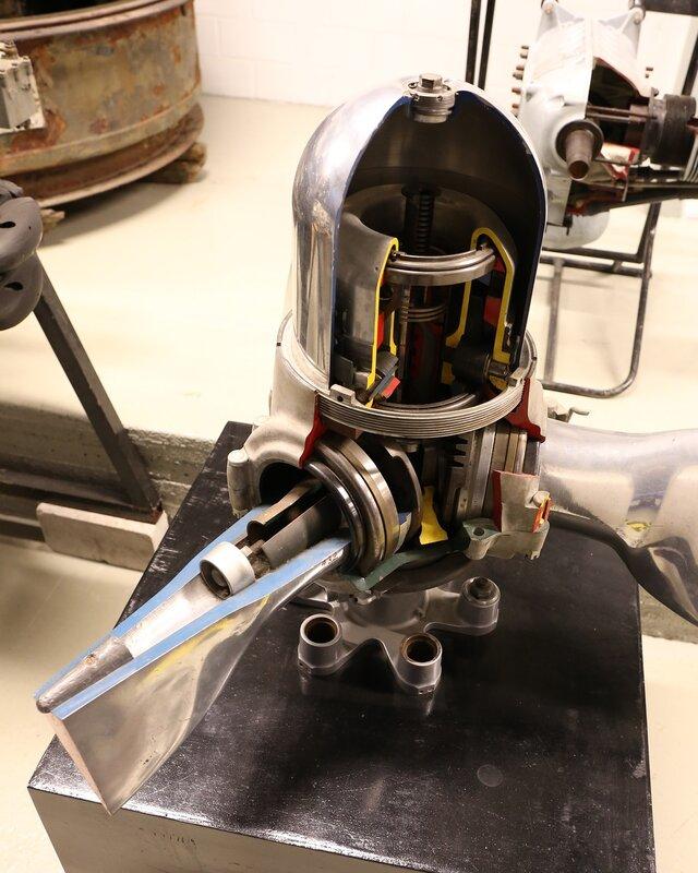 Авиамузей Хельсинки-Вантаа.  Механизм управления шагом винта. the propeller pitch control. Finnish Aviation Museum