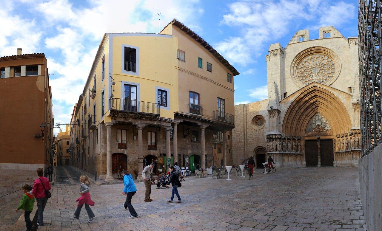 Таррагона. дворец Каса Бальсельс. Tarragona.  Casa Balsells. Дворец распорядителя собора (Palau del Cambrer de la Seu)