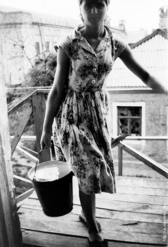 Привычный для старшего поколения (а в некоторых местах - и нынешнего) поход с ведром на второй этаж, фото из коллекции А.Колосова, 1966-68