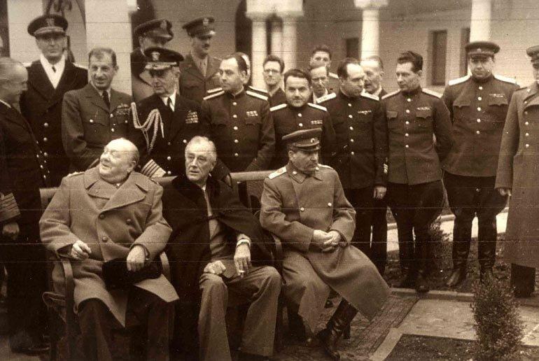 Сталин И.В., Рузвельт Ф.Д. и Черчилль У. среди военных экспертов. Из альбома НКВД «Конференция руководителей трех союзных держав ССР, США и Великобритании в Крыму»