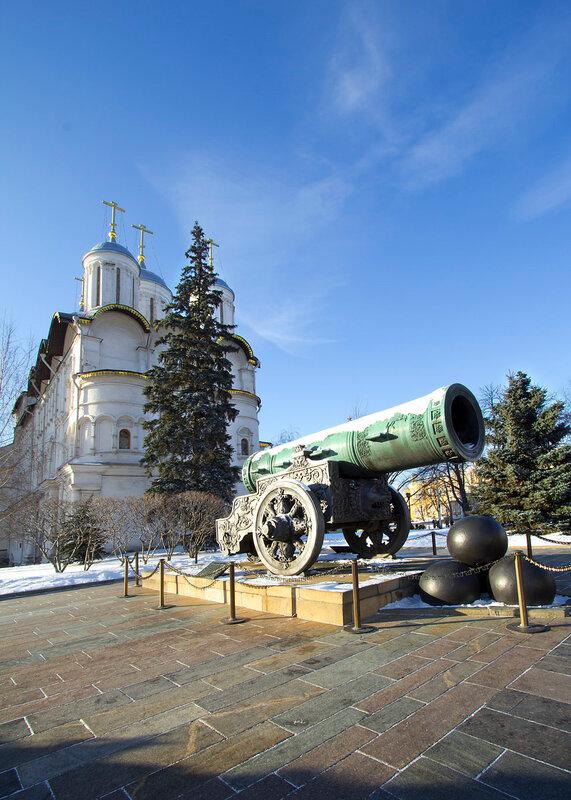 Москва.  Царь-пушка в Кремле.